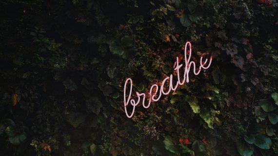 Letreiro escrito breathe